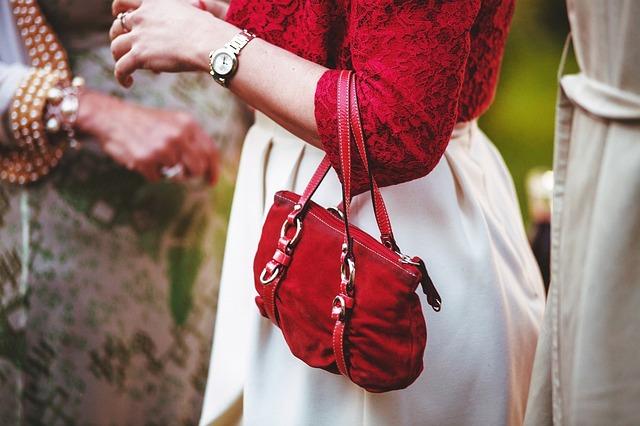 žena s červenou kabelkou přes ruku