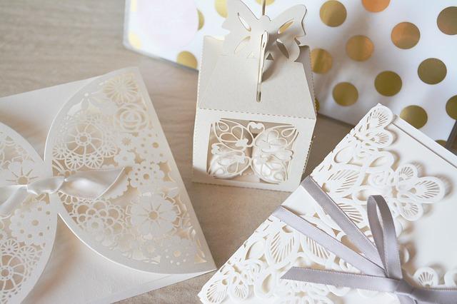 svatební vykrajované krabičky, pozvánky atd. v bílé barvě