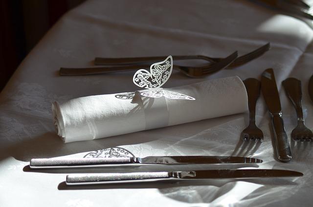 vykrajovaný motýlek je i na stole, zdobí utěrku nebo příbory atd.