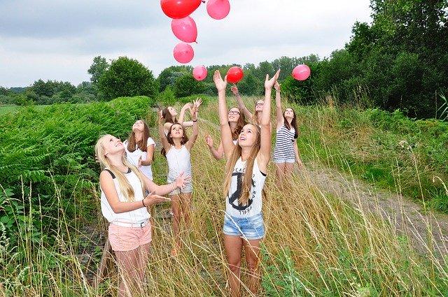 Dětská skupina s balónky