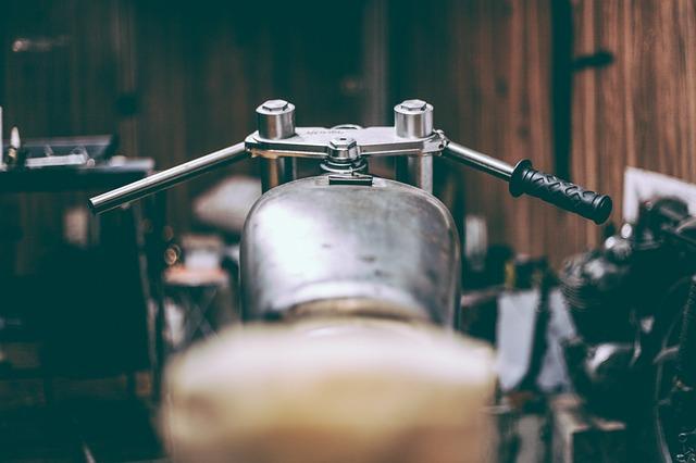 řídítka a nádrž motorky