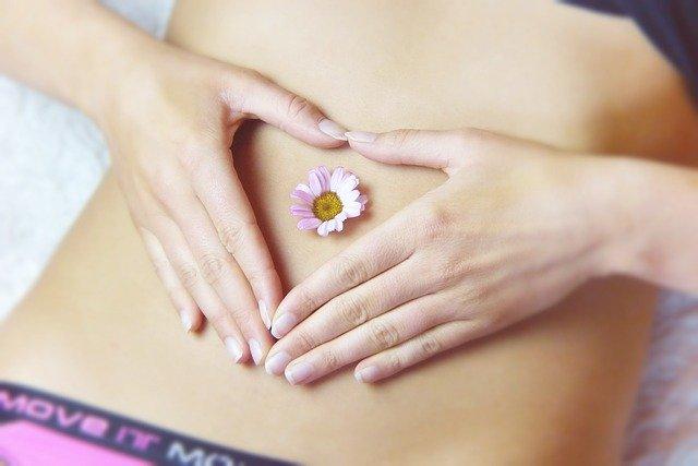 ženské břicho s rukami ve tvaru srdíčka.jpg