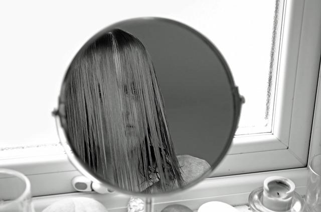 dívka před zrcadlem plná pochybností.jpg